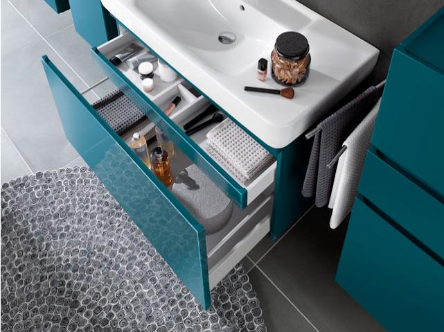meuble et tiroirs bleus et blancs avec accessoires de rangements