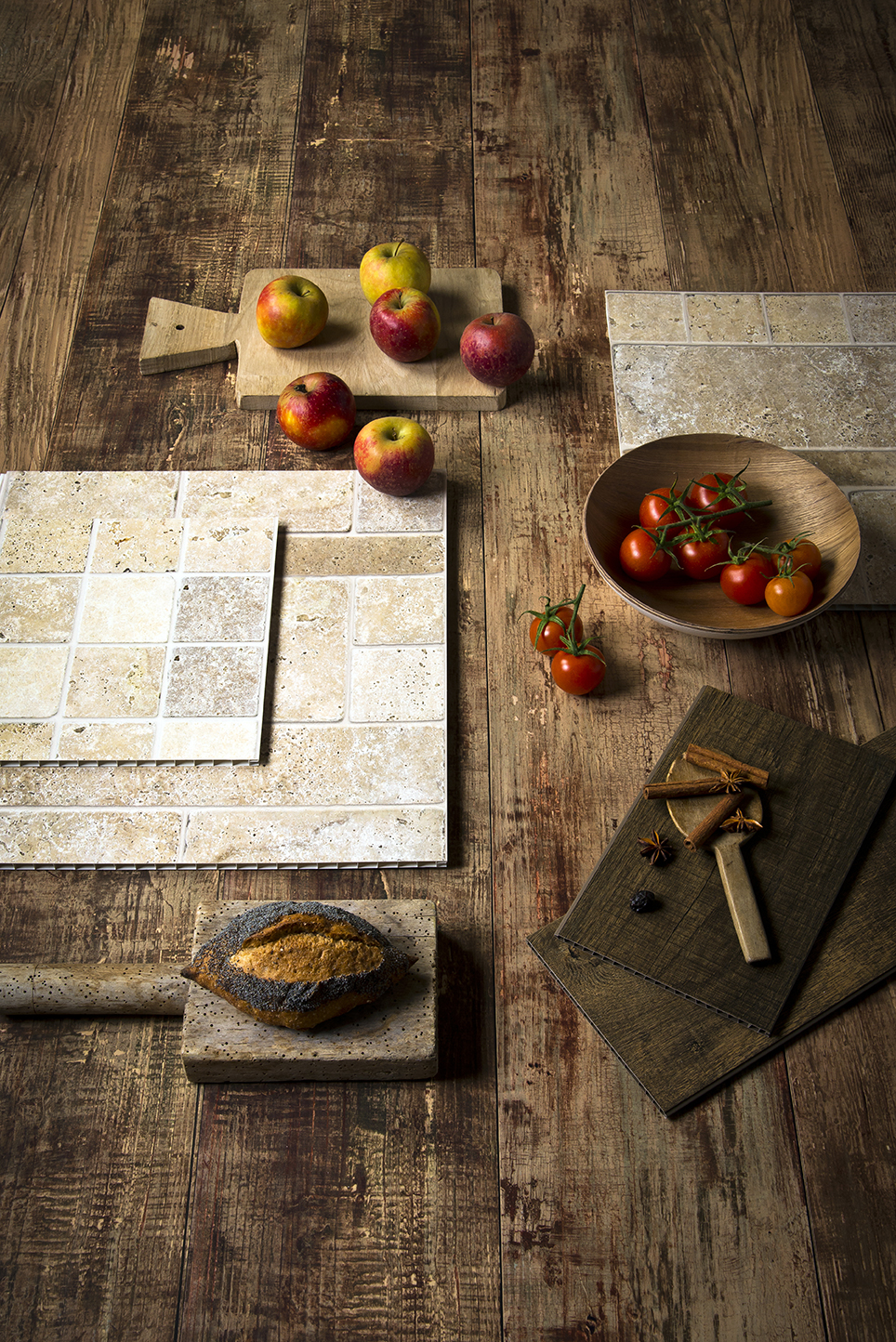 échantillons de lambris imitant le bois et la pierre sont disposés en pêle mêle et évoquent la tendance Bois & Délices