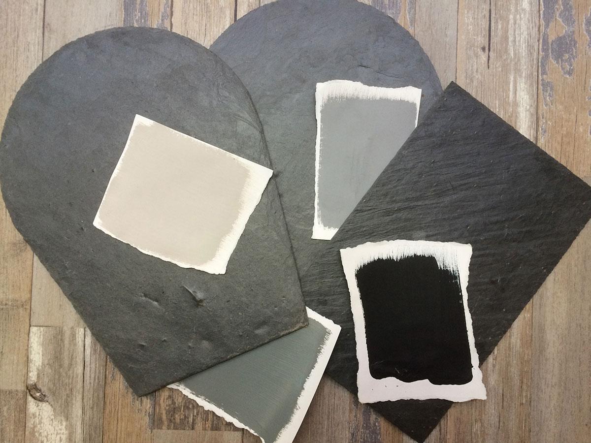 3 tuiles d'ardoise naturelle sur lesquelles sont posées des touches de peintures murales