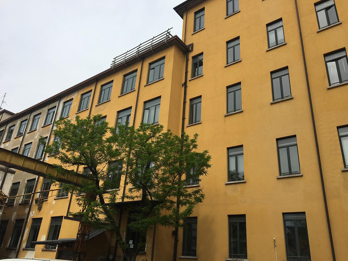 Splendides façades ocre jauen de sanciens bâtiments industreils de la Zona Tortona réhabilités