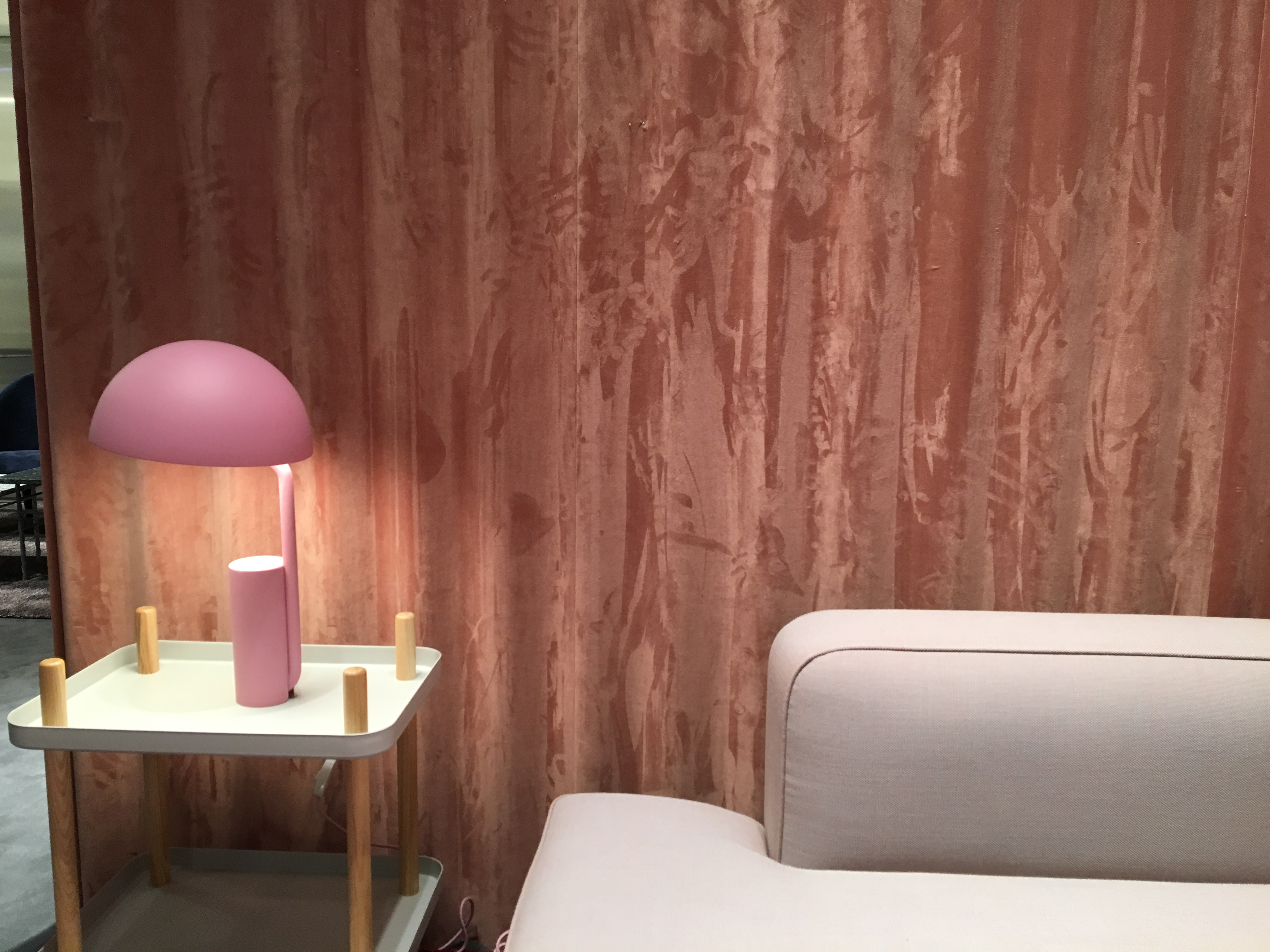 dans un salon équipé d'un canapé en cuir beige, les murs sont tapissés de lambris bois de rose.