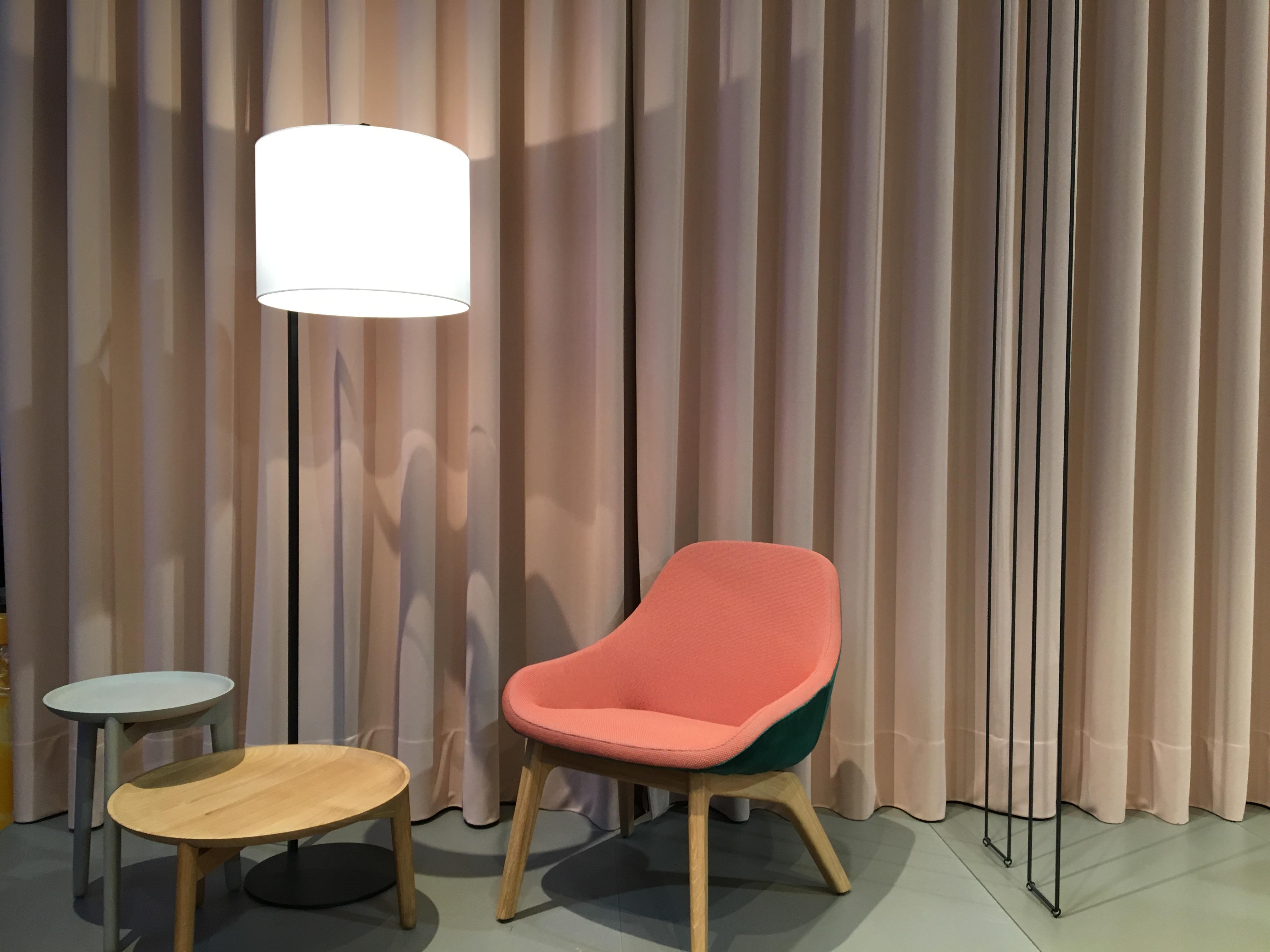 Dans un esprit très Twin Peaks, c'est un lourd rideau de velours qui se pare d'une couleur Vieux Rose remise au goût du jour par un fauteuil mandarine. Repéré au Salon du Meuble de Milan sur le stand Moroso.
