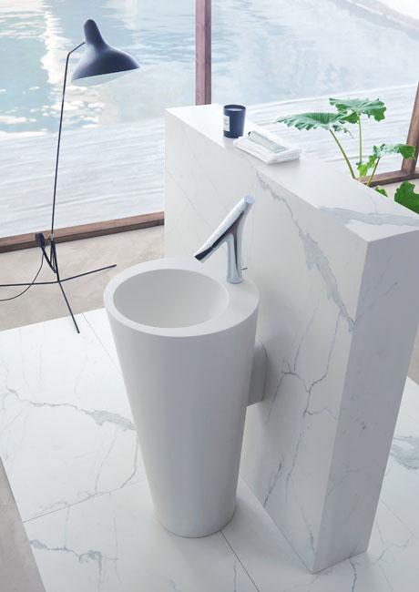 Le muret qui sépare les deux colonnes lavabos également était recouvert d'un vinyl imitation marbre