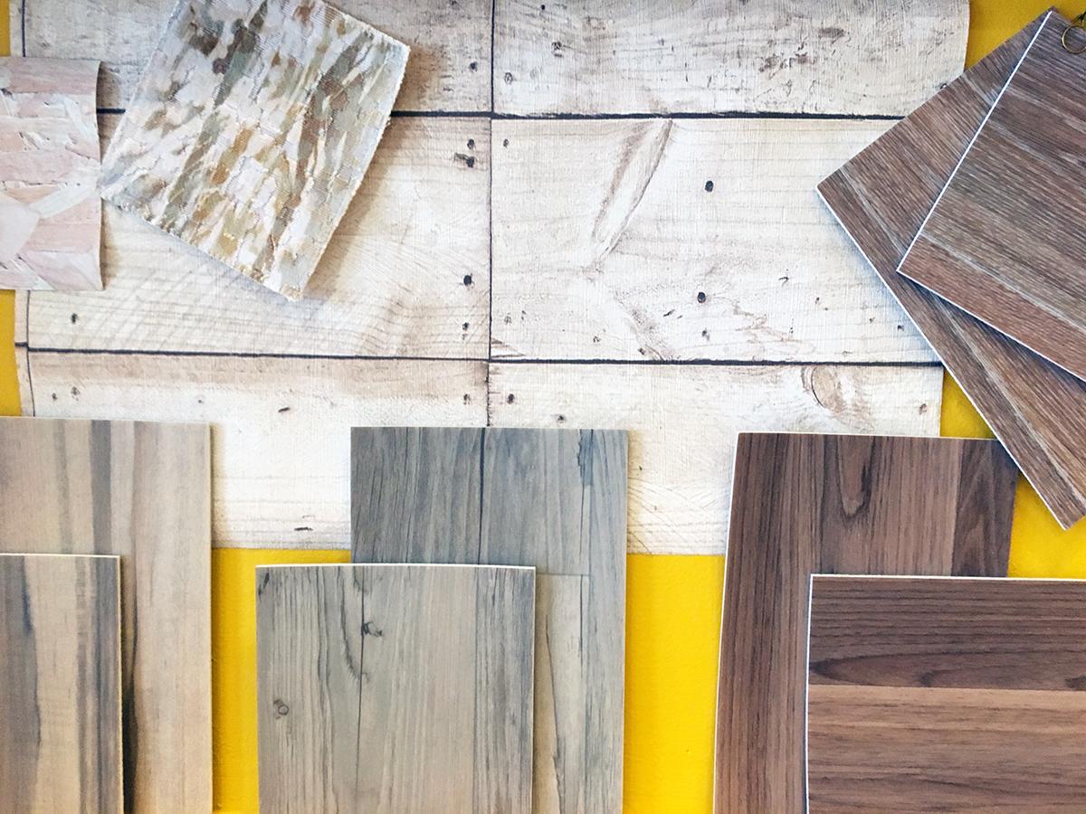 """Un pêle-mêle d'échantillons présente une collection de sols PVC effet bois particulièrement réussie, avec de nouvelles finitions façon bois """"tatoué""""."""