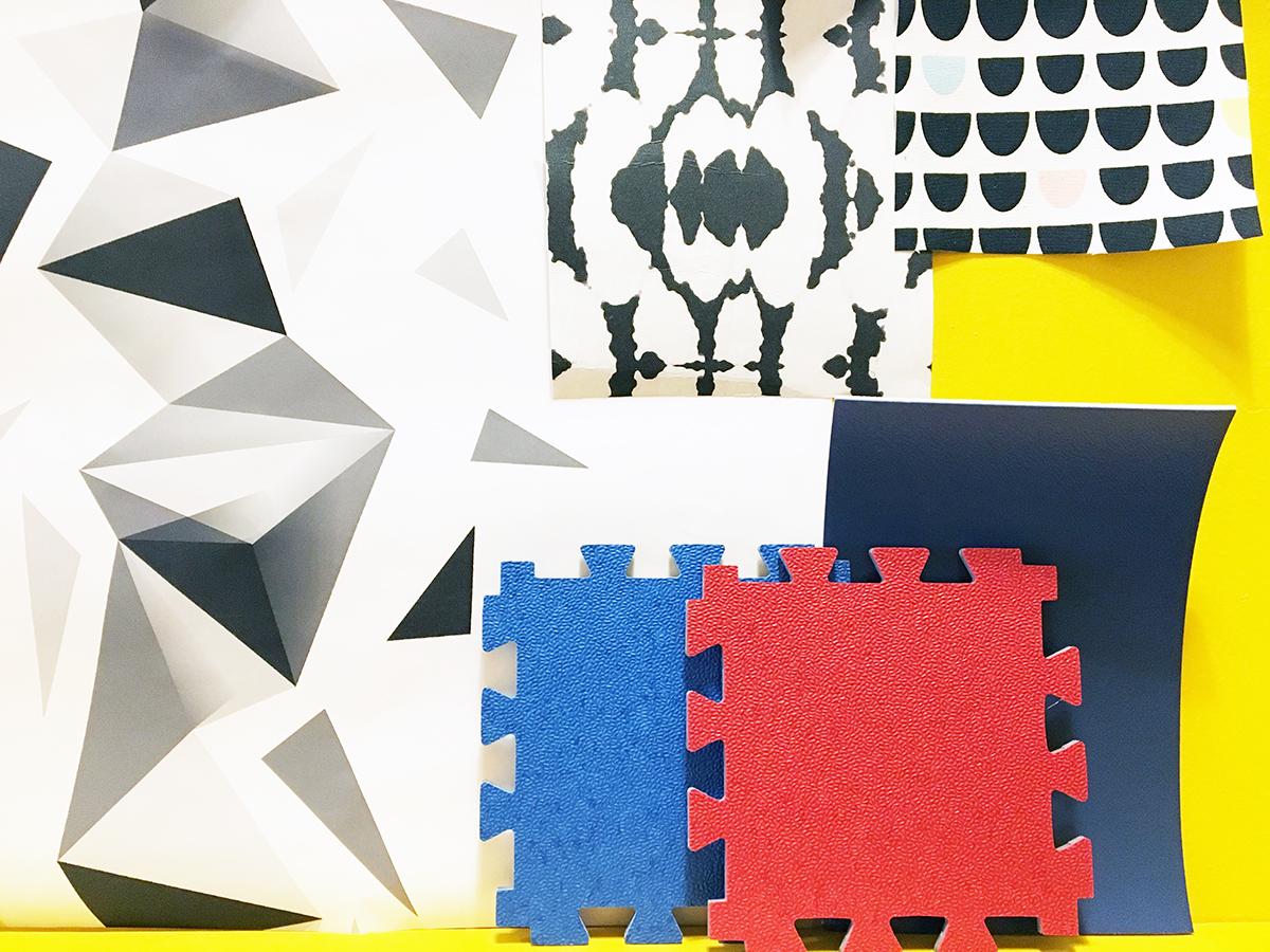 """Un pêle-mêle d'échantillons comportant de nouvelles dalles PVC Gerflor rouge vif et bleu vif dans un esprit très """"Mondrian"""""""