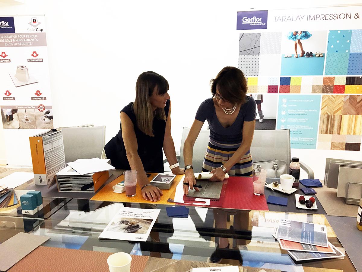 Deux femmes travaillent autour d'une table dans un espace dédié aux sols Gerflor.