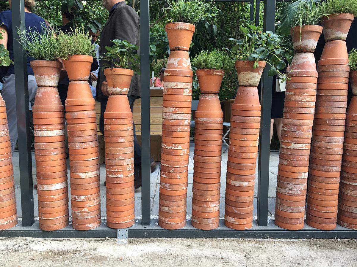 des centaines de pots de terre cuite empilés pour former de scolonnes