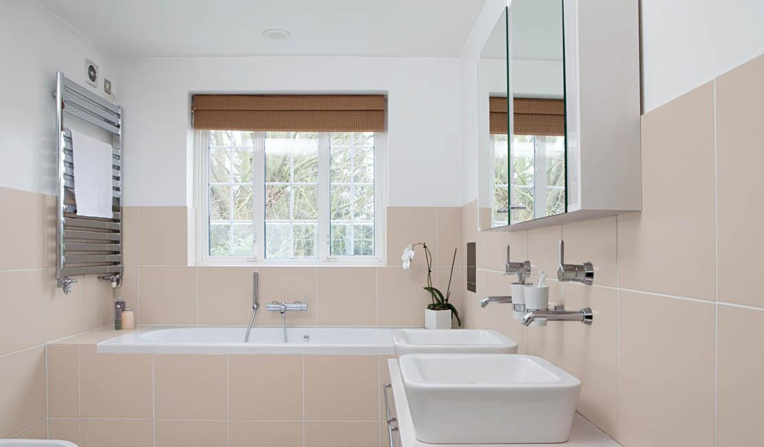 une salle de bains classique reprend un air de jeunesse avec une peinture careelage couleur Lin de Peintures Julien.