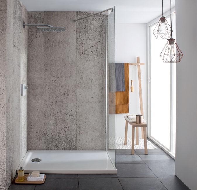 une douche à l'italienne installée dans l'angle d'une salle d'eau lumineuse, d'esprit zen