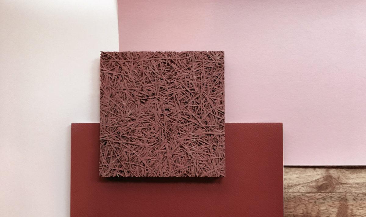 un pêle mêle de matériaux dans les tons vieux rose : un morceau de panneau de fibres de bois, deux lèches de teintes peintures et un morceau de sol vinyle.