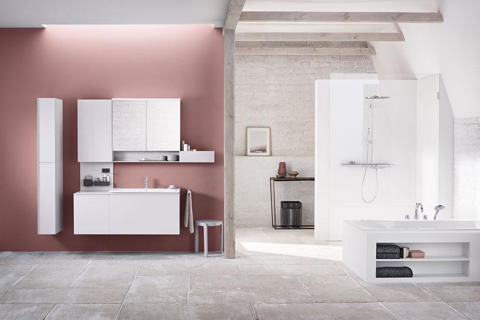une grande salle de bain Allia avec une alcove peinte en rose