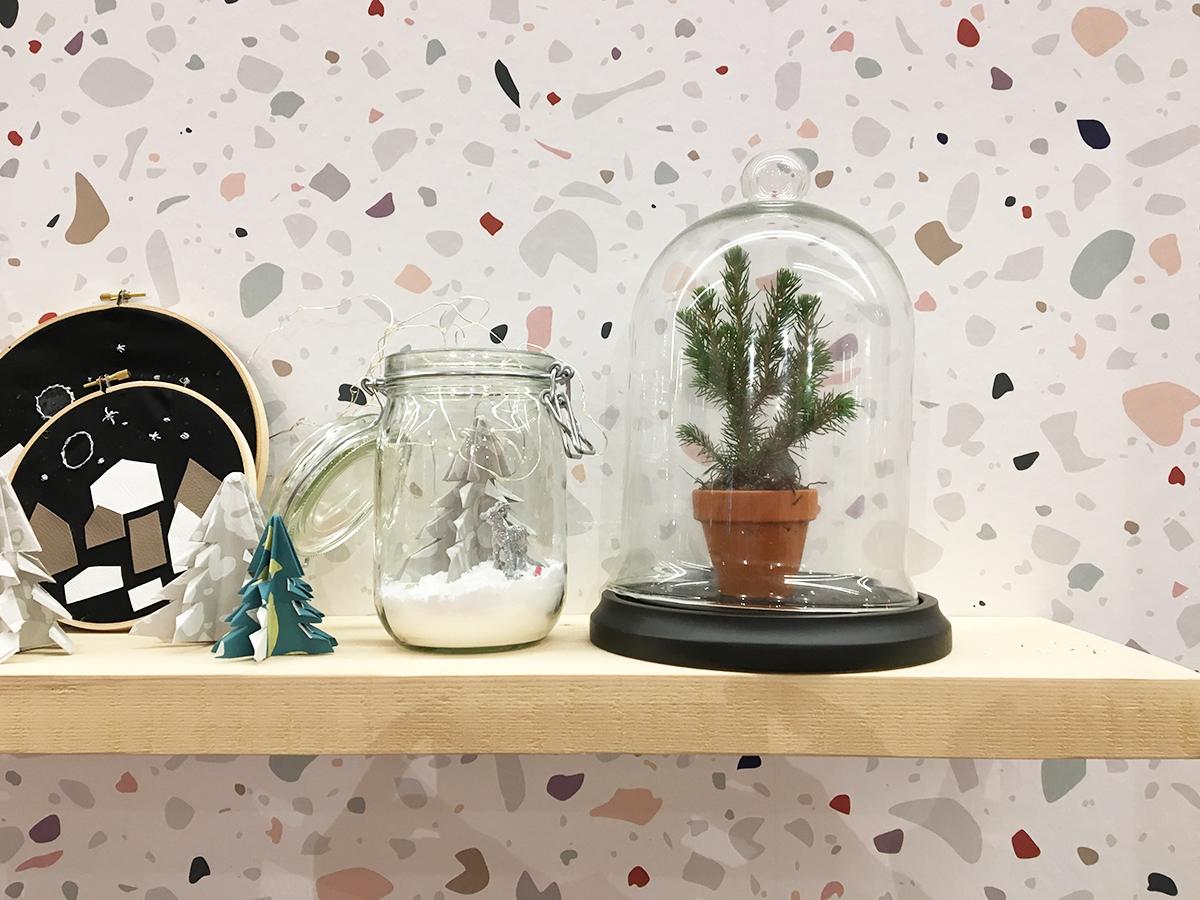 Et si Noël était l'occasion de passer au Terrazzo, ce motif vintage remis au goût du jour ? Ici en papier peint, comme un écrin aux petites compositions sous cloche de verre.
