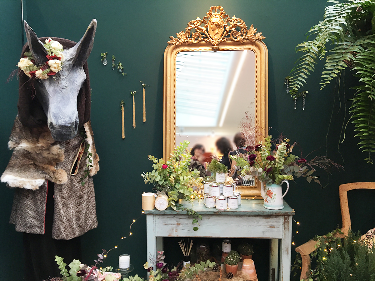 Une mise en scène qui rappelle le conte Peau d'âne pour un Noël pas comme le sautres. Sculpture peua d'êe en papier mâché, cheminée peinte en bleu pâle, surplombée d'un miroir doré et d'une composiiton de petites plantes et branchages.