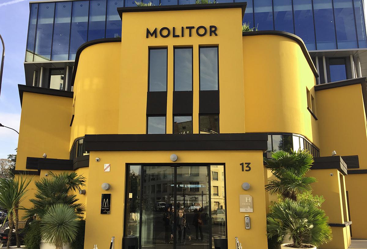 la façade de la piscine Molitor à Paris, rénovée avec une belle couleur Ocre jaune
