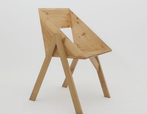 Une chaise de jardin toute simple, en planches de bois brutes, imaginée par le collectif nantais Fichtre