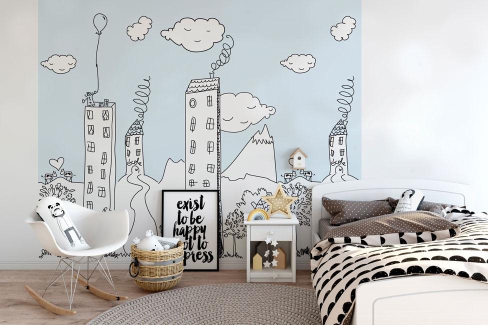 Une chambre d'enfant dans les tons bleu ciel, noir et blanc est joliment décorée d'un papneeau mural représentant une ville dans un style enfantin
