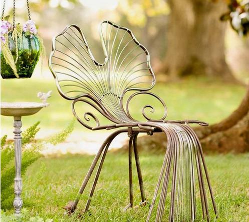 Une étonnante chaise de jardin en métal cuivré qui reprend la forme de la feuille de Ginkgo