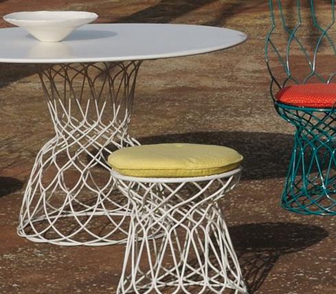 Chaise de jardin, table et tabouret en fil de métal entrelacé, blanc et coloré, dessiné par Patricia Urquiola