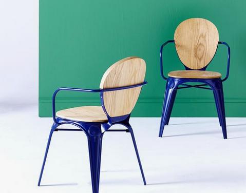 De jolies chaises de jardin en métal laqué bleu roi, avec assise et dossier en bois clair, crétion Tikamoon