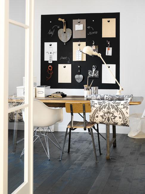 un espace de travail dans un style industriel. Au mur un tableau noir peint avec une peinture ardoise Julien permet d'écrire et d'afficher