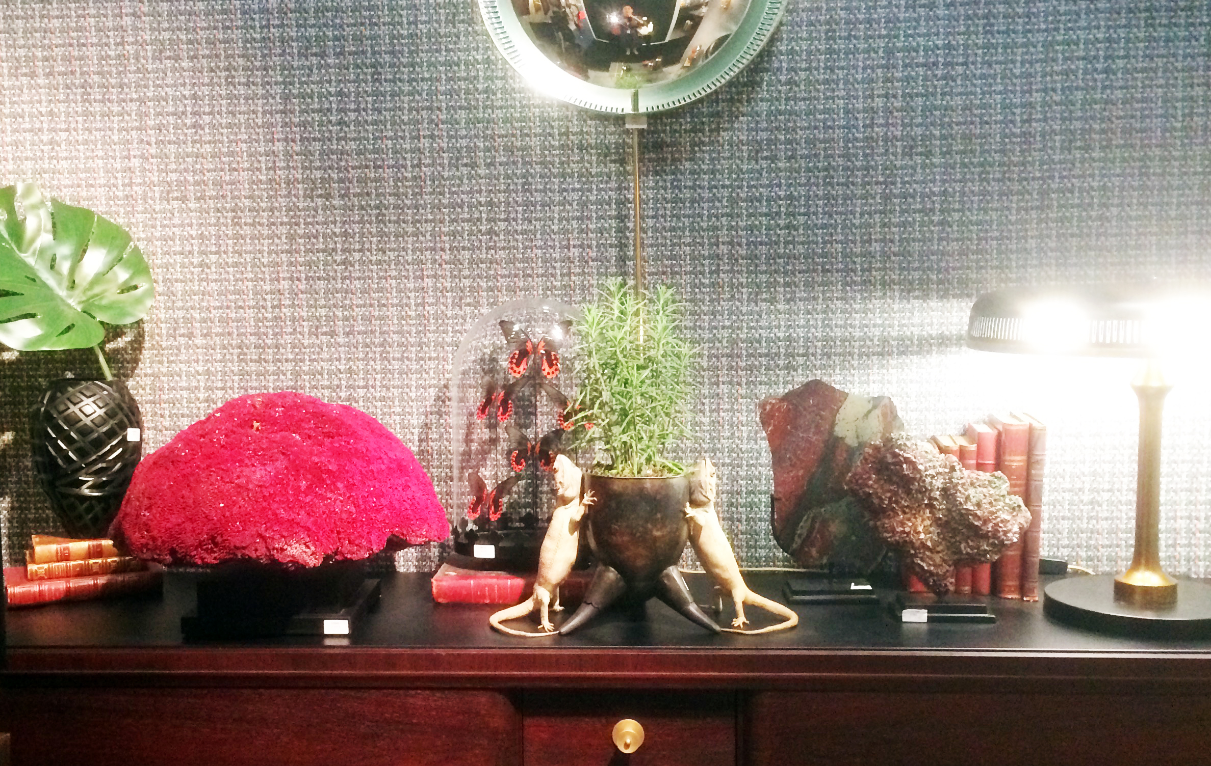 Grand motif floral, miroirs de sorcières et accumulation d'objets étranges - le cabinet de curiosités version 2019