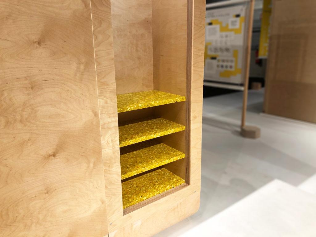 A l'arrière de la Capsule Cpable on trouve un rangement composé d'étagères laquées jaune vif