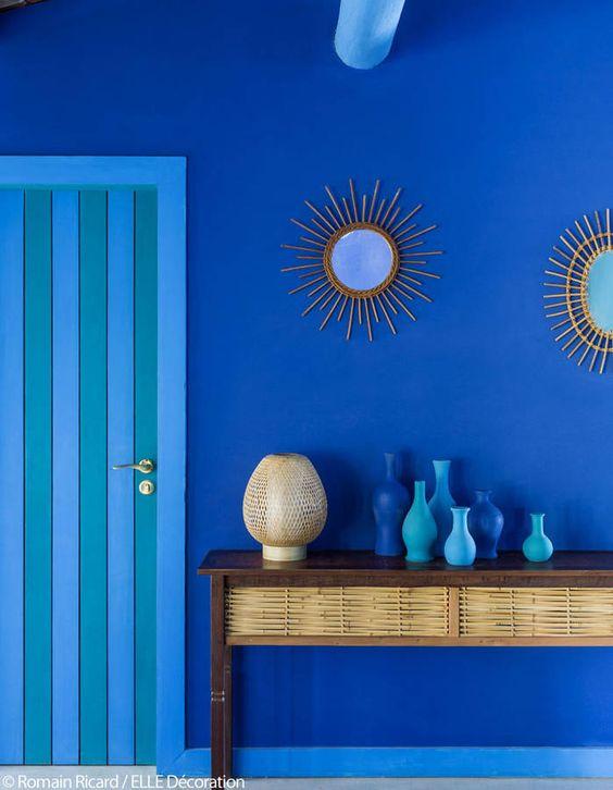 Le petit hotel de rêve de Stella Cadente photographié par le magazine Elle Décoration. Un mur bleu sublime
