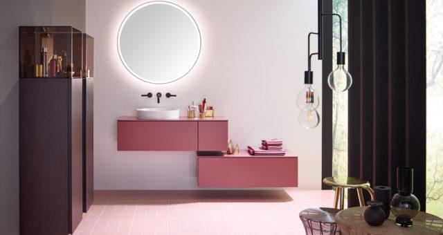 Une salle de bains rose