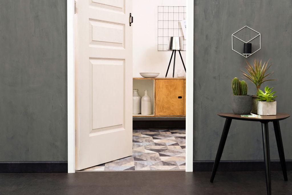 Une harmonie de gris (souris, ciment, taupe...) pour cette entrée qui ouvre sur une cuisine vintage. Plinthes et barre de seuil Dinac 3M