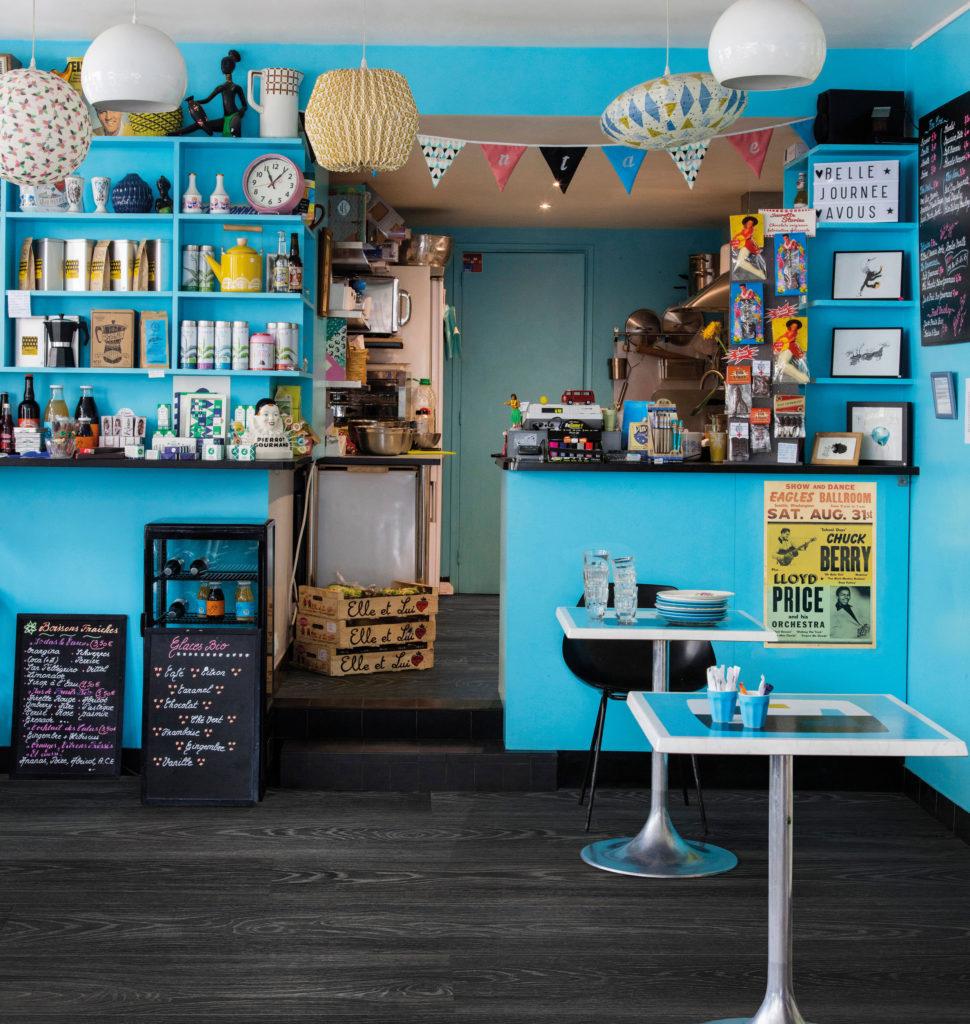 une épicerie gourmande avec de smurs bleus et un sol stratifié noir BerryAlloc